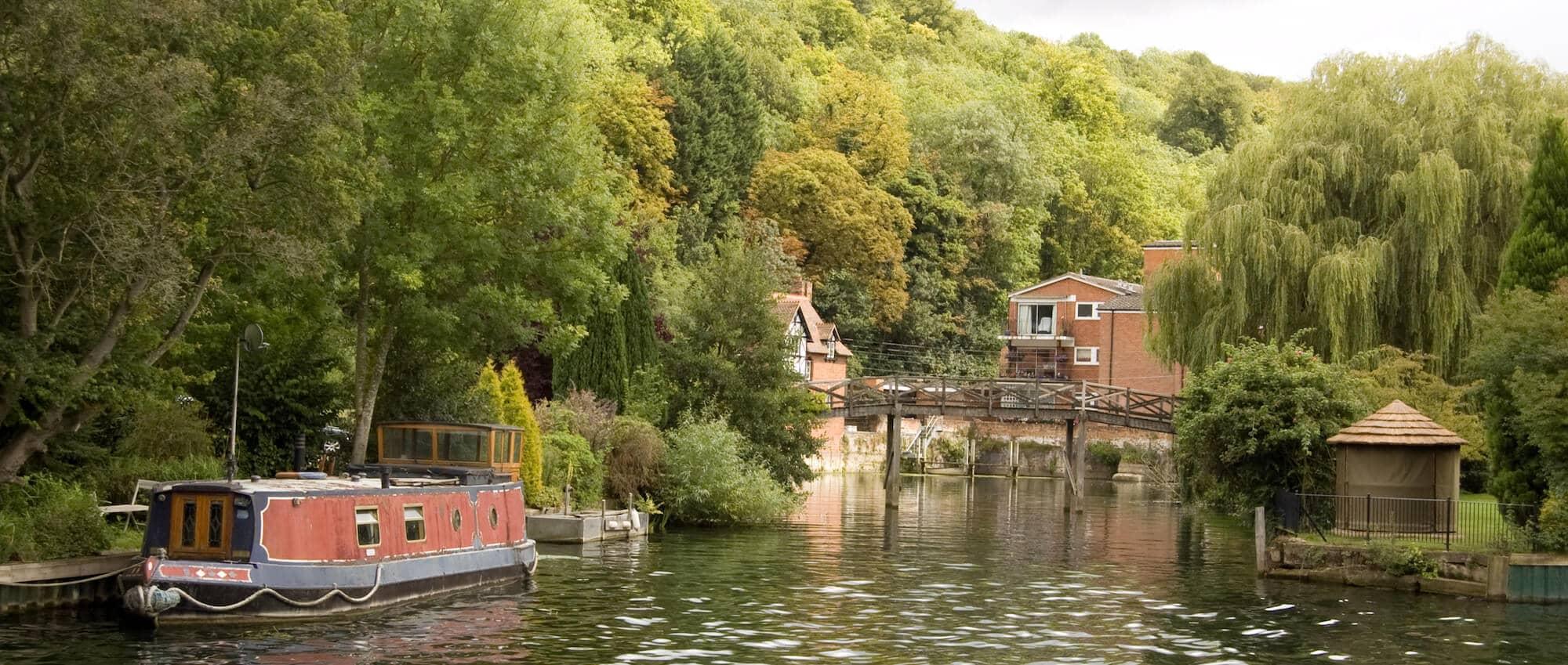 thames path walking holiday - boat